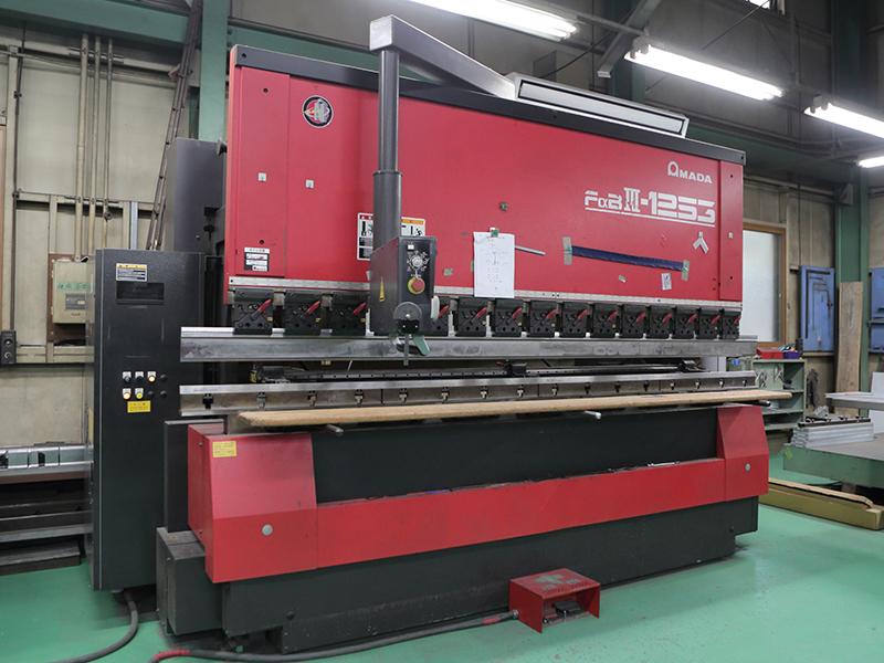 土肥板金工業株式会社の自慢の設備 -ベンディングマシン(AMADA FaBⅢ-1253)