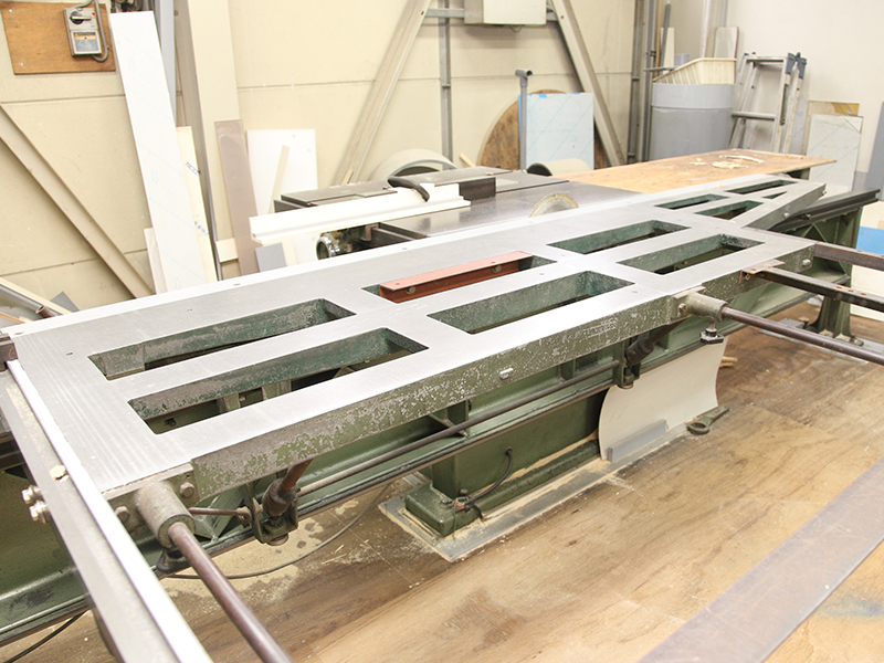 株式会社ニューネクストの自慢の設備 -樹脂加工の鋸盤