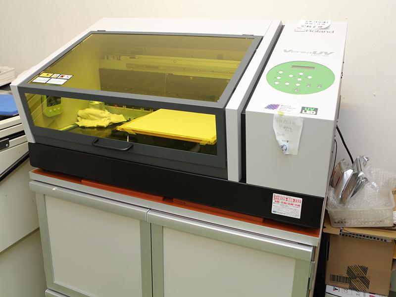 洛陽プラスチック株式会社の自慢の設備 -UV-LEDインクジェットプリンター(VersaUV LEF-12/Roland DG)