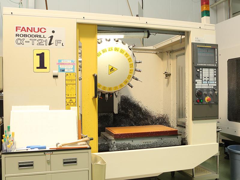 洛陽プラスチック株式会社の自慢の設備 -NC加工機 (ROBODRILL α-D21LiA5/FANUC)