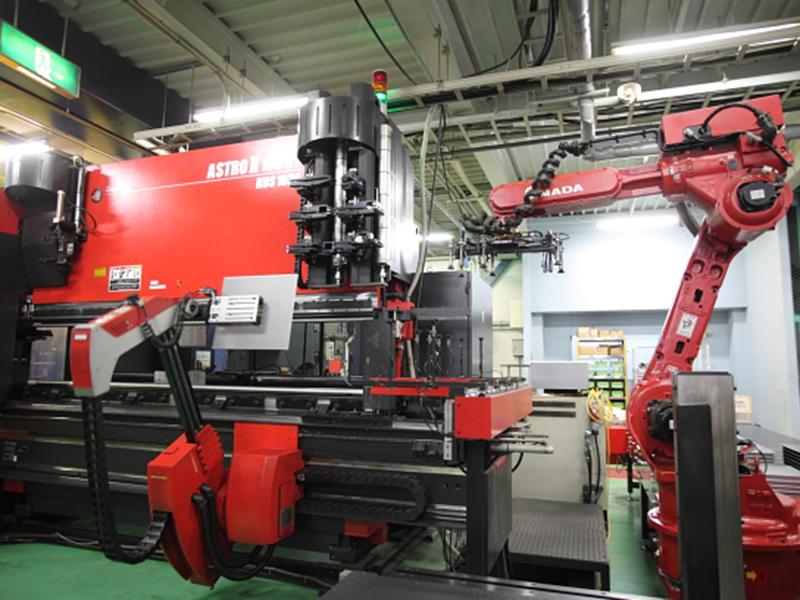株式会社辻製作所の自慢の設備 -ベンディングロボットシステム(ASTROⅡ-100NT)
